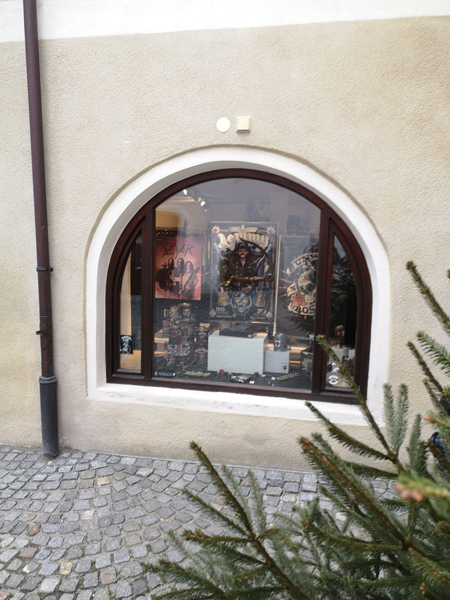 zu-besuch-beim-metal-christkind-unser-vorweihnachtstip-geschenke-fuer-metalheads