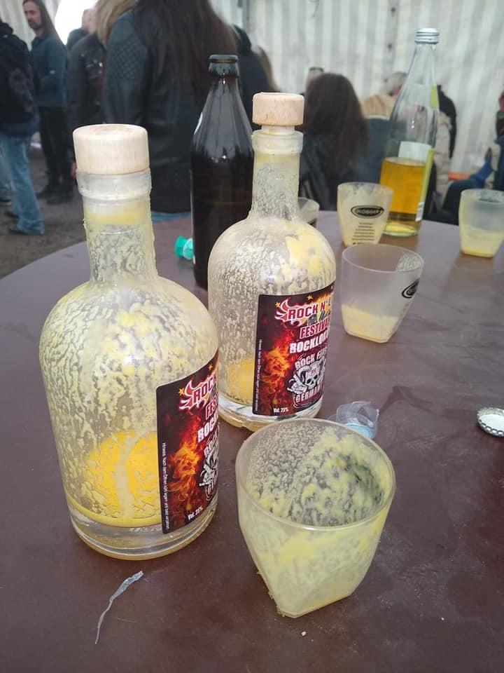 Hoch die Tassen der Festivaleigene Likör