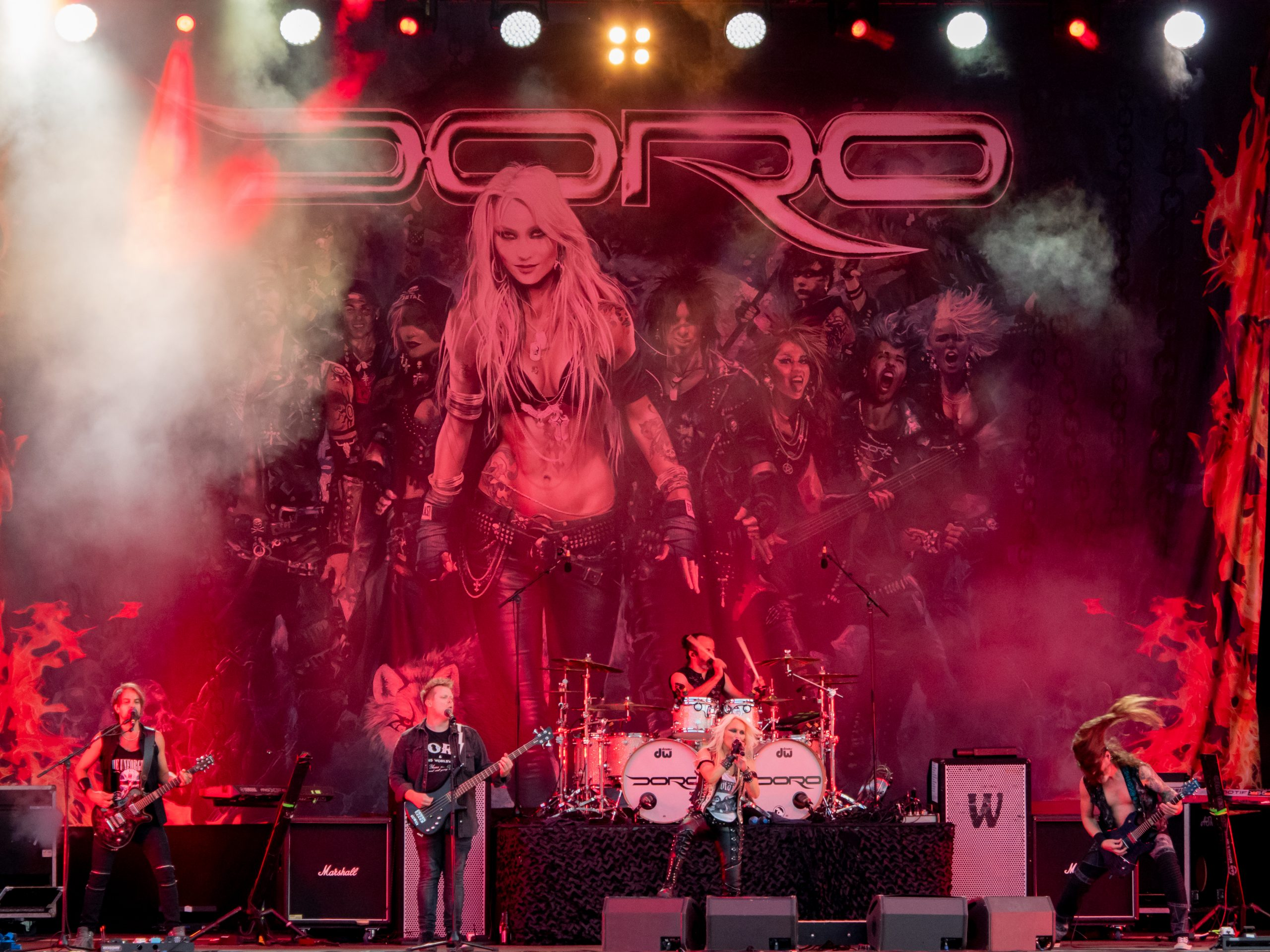 metal-queen-doro-rockte-vor-strandkoerben-in-moenchengladbach